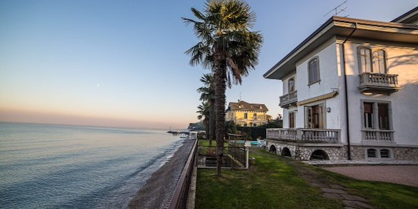 lg12-waterfront-villa-in-liberty-style-in-desenzano-del-garda